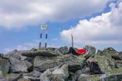 休息在山顶部的人 免版税图库摄影