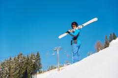 休息在山顶部的滑雪者 免版税库存图片