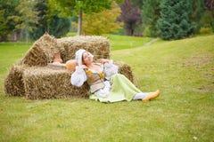 休息在干草的农民在工作以后 免版税库存图片