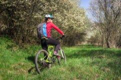 休息在循环以后的妇女在森林里 免版税库存图片