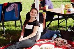 休息在树荫下的勇敢的快乐的女孩 免版税库存照片