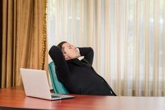 休息在桌上的商人 免版税库存图片