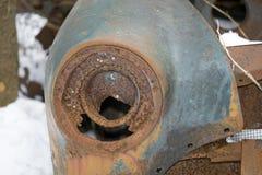 休息在森林里的生锈的老汽车零件 库存照片