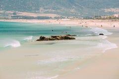 休息在海滩的人们在塔里法角,西班牙 库存照片