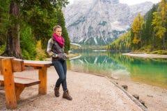 休息在湖Bries的野餐桌上的妇女远足者 免版税图库摄影