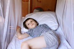 休息在火车隔间的小男孩 免版税库存图片