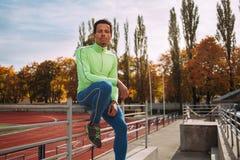 休息在竞技场的赛跑者 图库摄影