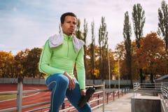 休息在竞技场的赛跑者 免版税库存照片