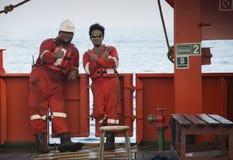 休息在结束船锚工作以后的海洋乘员组 免版税库存照片