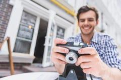 休息在自助食堂的愉快的男性摄影师 库存图片