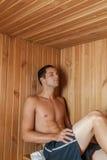 休息在蒸汽浴里面的人 库存图片