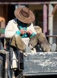 休息在西部镇的牛仔 图库摄影