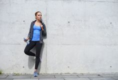 休息在训练以后的年轻人、适合和运动的妇女 健身,体育,都市跑步和健康生活方式概念 库存照片