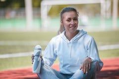 休息在训练以后的年轻美丽的女运动员 04循环 免版税库存照片