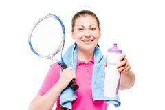 休息在训练以后,展示的女孩一个瓶在白色的水 免版税库存照片