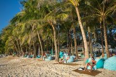 休息在豪华素林的人们在普吉岛靠岸 免版税图库摄影