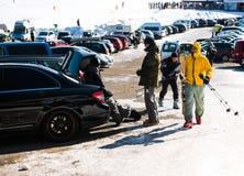 休息在雪板运动冬季体育以后的队朋友 库存图片