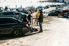 休息在雪板运动冬季体育以后的队朋友 图库摄影
