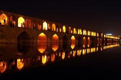 休息在33曲拱桥梁,伊斯法罕,伊朗的人们 库存照片