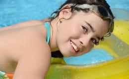 休息在水池的十几岁的女孩 图库摄影