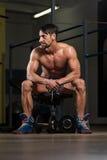 休息在锻炼以后的健康运动员 库存照片