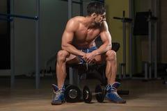 休息在锻炼以后的健康运动员 库存图片