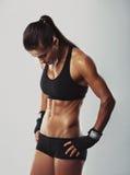 休息在锻炼以后的女子爱好健美者 库存图片