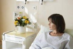 休息在医院病床上的患者 免版税图库摄影