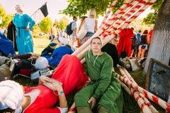 休息在VI m节日阴影树的战士参加者  免版税图库摄影