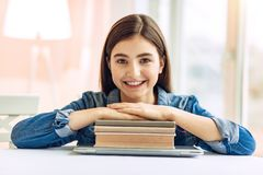 休息她的在堆的快乐的女孩手研究材料 免版税库存照片