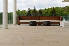 休息室家具集合、沙发有白色坐垫的和凳子和一个大大理石大阳台 图库摄影