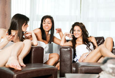 休息室温泉联系的妇女 免版税库存图片