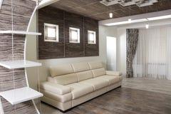 休息室的现代设计有联合的木木条地板和黑暗的木墙壁的 免版税库存图片