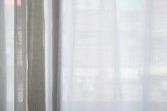 休息室窗口纹理背景的白色帷幕 免版税库存照片