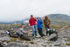 休息小组的登山人 免版税库存图片