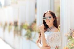 休息户外在暑假的凉快的时尚妇女 库存照片