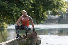 休息户外在自然Afther锻炼的可爱的人 库存照片