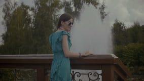 休息本质上的快乐的轻松的妇女 股票视频