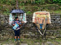 休息沿珠穆琅玛营地足迹的搬运工 免版税库存图片