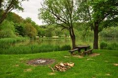 休息游人的中止湖岸的  库存照片