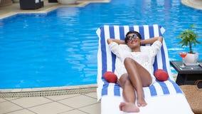 休息由水池的少妇 免版税库存图片
