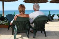 休息由海滩的夫妇。 免版税图库摄影