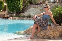 休息由水池的女孩 免版税图库摄影