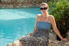 休息由水池的女孩 免版税库存图片