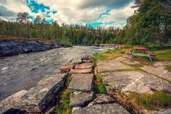 休息的一个地方山河的岩石岸的 免版税库存图片