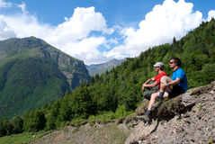 休息的两个远足者 库存照片