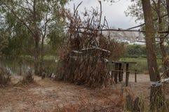 休息的地方与木桌和椅子 对野餐在河的森林里 图库摄影