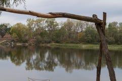 休息的地方与木桌和椅子 对野餐在河的森林里 库存照片