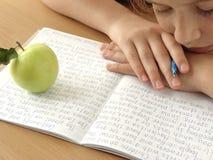 休息的女小学生 免版税库存照片