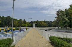 休息的普遍的北部公园与秋季老森林、长凳、露天幼儿园和湖在Vrabnitsa区 免版税图库摄影